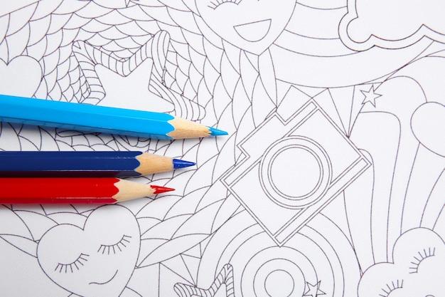 テーブルの上の塗り絵と鉛筆