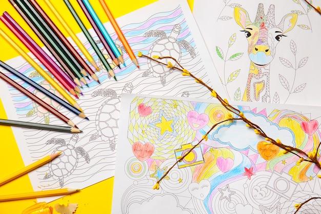 테이블에 그림과 연필 색칠하기