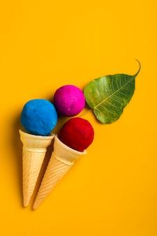 인도 홀리 축제를 위해 콘에 아이스크림 스쿱 모양의 색상