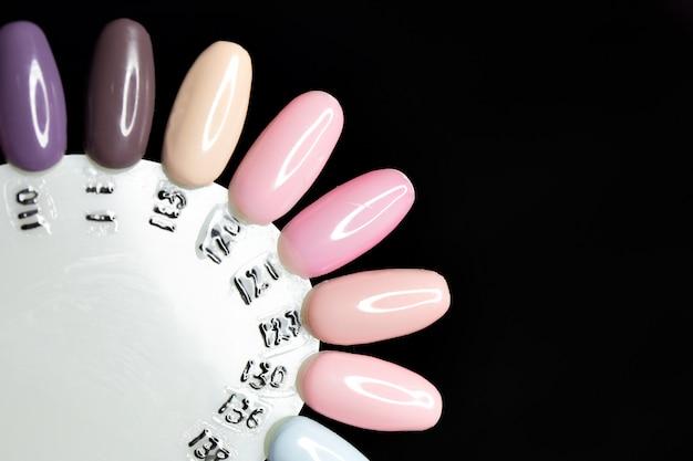 マニキュア用のポーランドの色。爪のデザイン。色の大きな選択は、ニスをゲル化します。