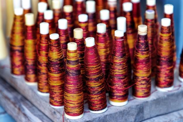 태국에서 머드 미 천을 짜는 데 사용되는 튜브의 염색 된 실크 실의 색상.