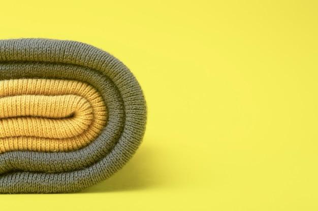 2021 년 얼티밋 그레이 및 일루미 네이 팅 옐로우 컬러. 노란색 바탕에 회색 및 조명 겨울 모자. 디자인 및 색상 트렌드의 의류