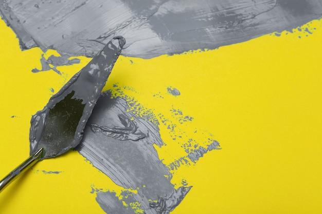 2021 년 얼티밋 그레이 및 일루미 네이 팅 옐로우 컬러. 노란색 표면에 궁극적 인 회색 페인트