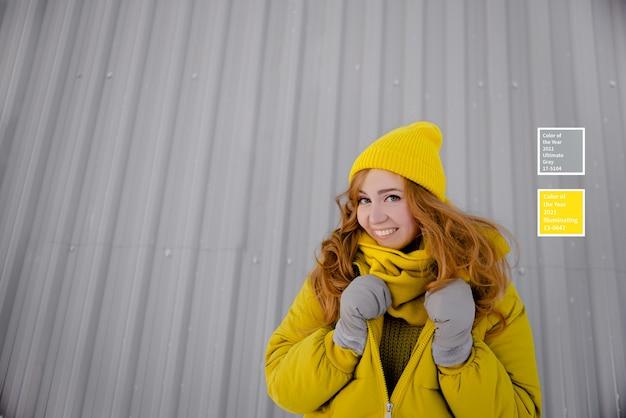 Цвета 2021 года. молодая девушка в модной зимней одежде.