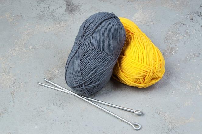 年2021年的颜色。黄色和灰色羊毛纱的丝泽。针织和钩针编织的线程。创造力和爱好
