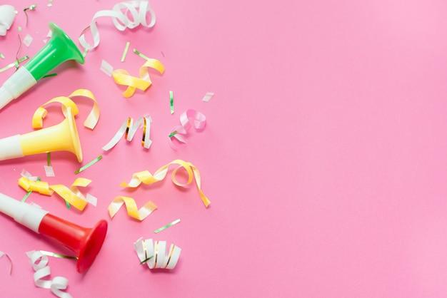 Colorul партия растяжки на розовом фоне.
