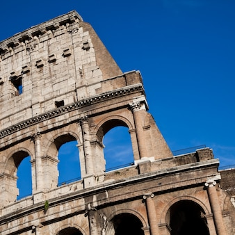 푸른 하늘이 있는 로마의 콜로세움, 도시의 랜드마크