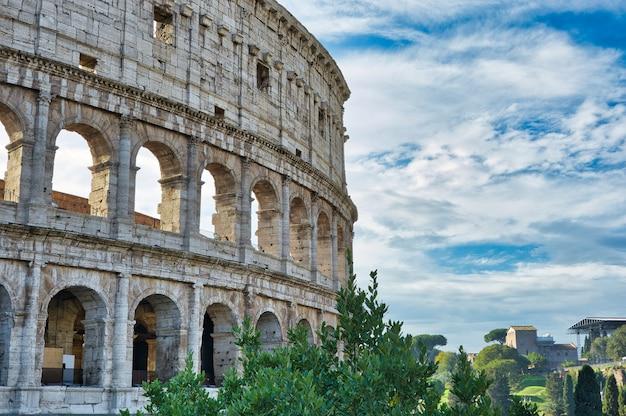 Колизей в риме или амфитеатр флавиев в риме, италия