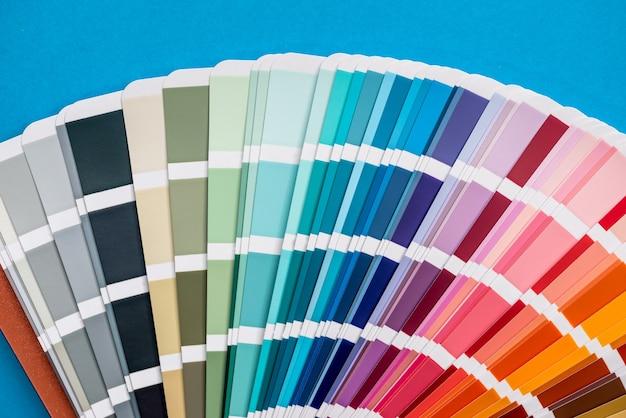 파란색 배경에 고립 된 색상 팔레트 샘플러