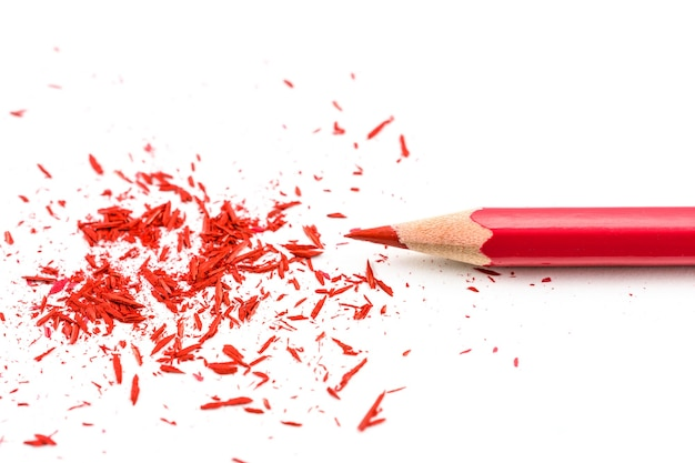 白い背景に削りくずを研ぐ色鉛筆