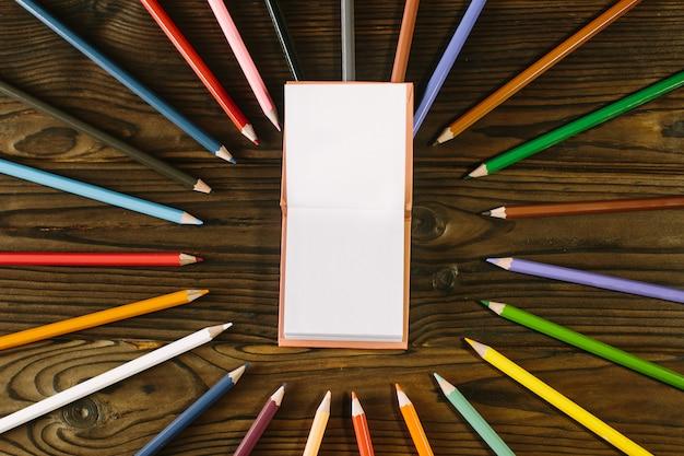 컬러 연필 나무 책상에 고립입니다. 학교 개념으로 돌아 가기