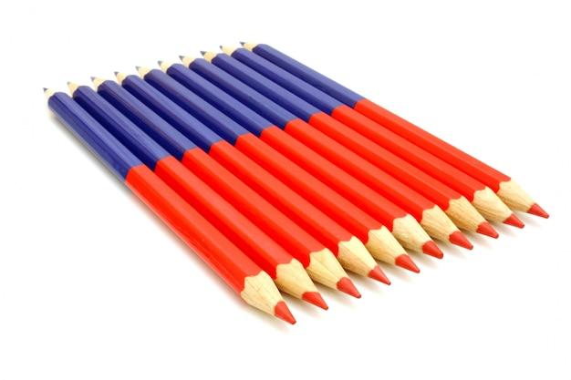 白い背景で隔離の色鉛筆をクローズアップ