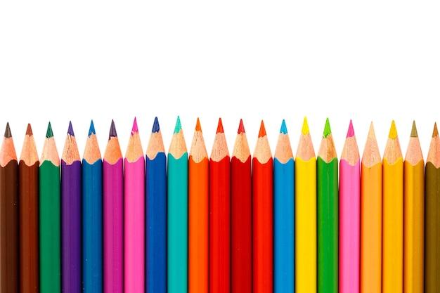 흰색 배경에 고립 된 컬러 연필을 닫습니다.