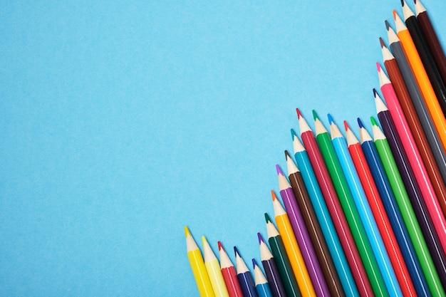 복사 공간 파란색 배경에 색 연필