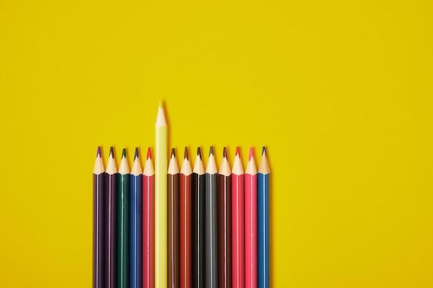 복사 공간 노란색 배경에 색 연필