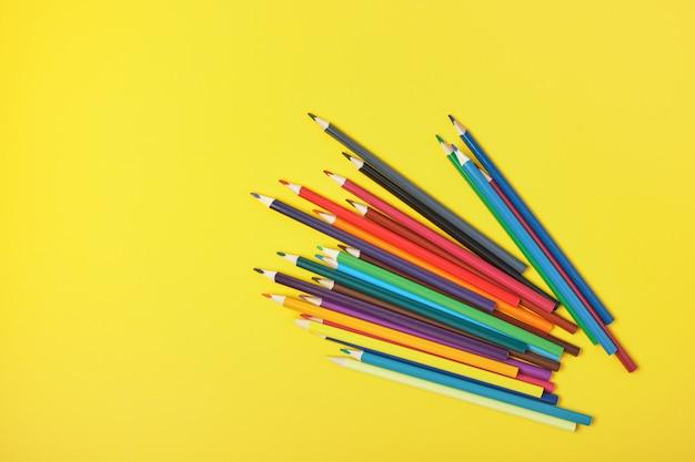 복사 공간 노란색 표면에 색 연필