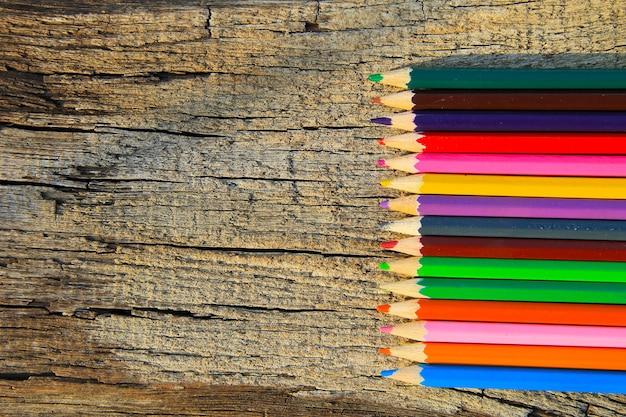 木製の背景に色鉛筆