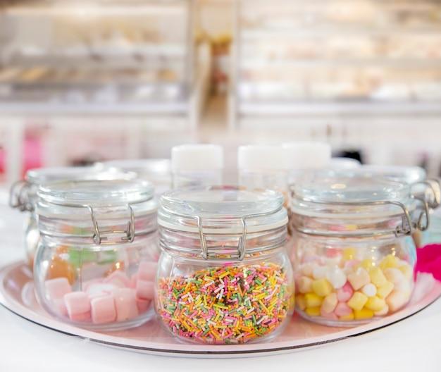 Цветное сахарное украшение десертное меню с большим количеством мягкого и обледенения на столе в десертном дизайне