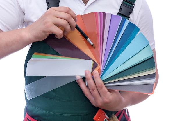 Образец цвета в мужских руках крупным планом