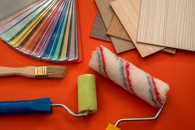 木製サンプラー、ペイントブラシ、リフォームコンセプトの色見本帳