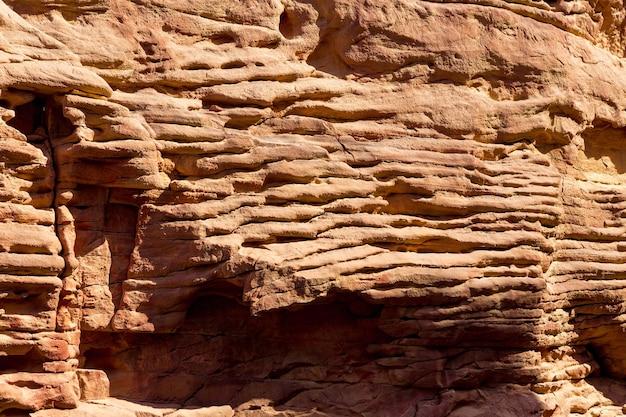 컬러 캐년은 남쪽 시나이(이집트) 반도에 있는 암석입니다. 여러 가지 빛깔의 사암 배경의 사막 바위입니다.