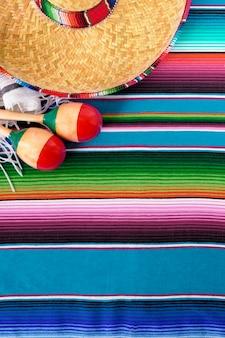 床の上に色とりどりメキシコの要素