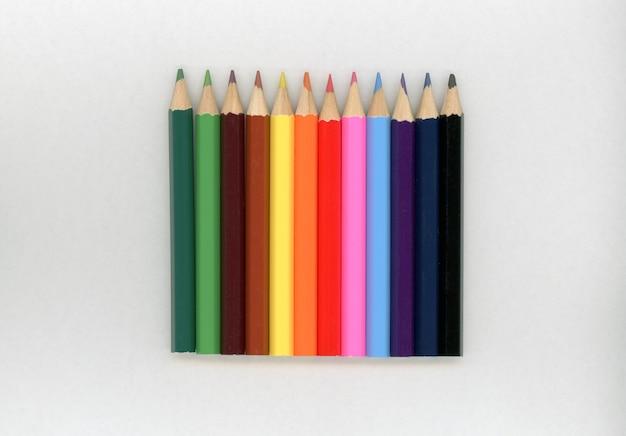 Цветные карандаши мелки