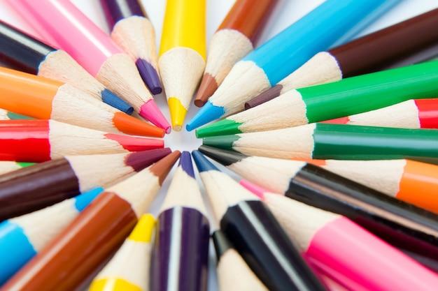 원으로 배열 된 그리기 및 스케치를위한 색연필.