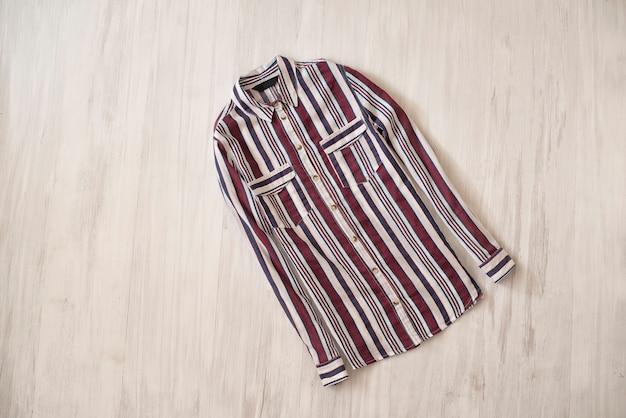 木製の表面に色の縞模様のシャツ