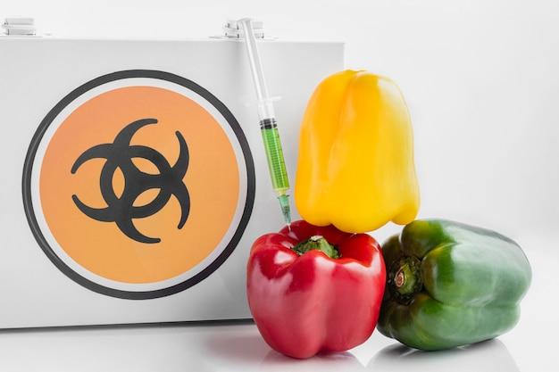 Peperoni dolci colorati e simbolo di sostanze chimiche tossiche