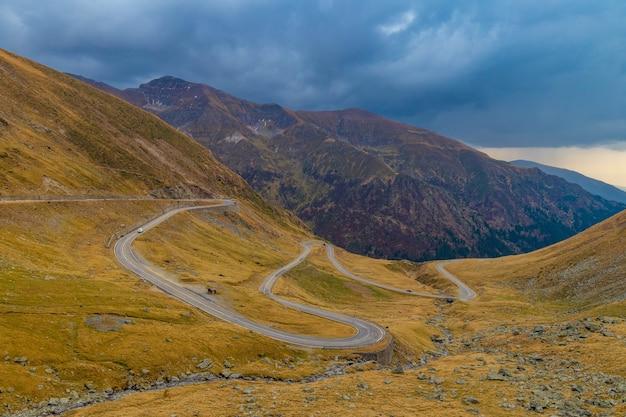 ルーマニアのカラフルな秋の山transfgran道路