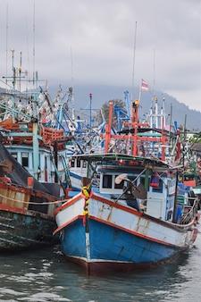 タイの漁船のカラフルな大きな港
