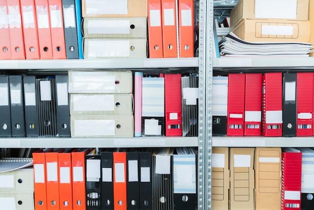 棚にファイルがあるカラフルな空白のブラインドフォルダー。