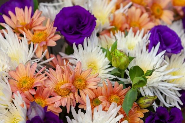 야외 시장에서 개화 꽃의 화려한 꽃다발. 꽃의 전형적인 분위기