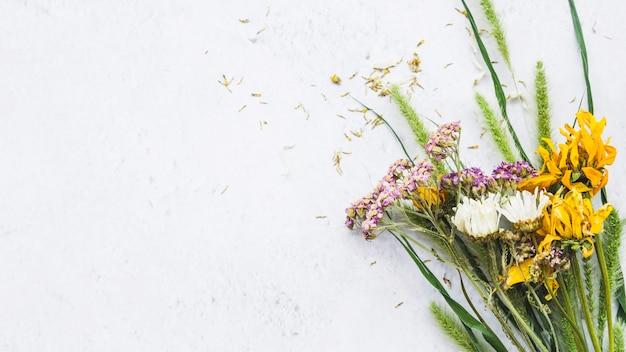 花のカラフルな花束