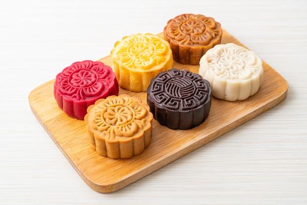 Красочный китайский лунный торт со смешанным вкусом на деревянной тарелке