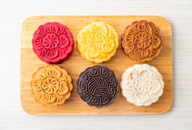 木の板に混合風味のカラフルな中国の月餅