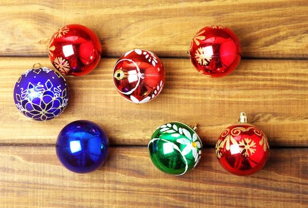 나무 배경에 화려한 크리스마스 거품입니다.