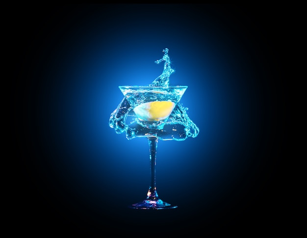 暗い背景に水しぶきとレモンとガラスのカラフルなカクテル。パーティークラブのエンターテイメント。混合光