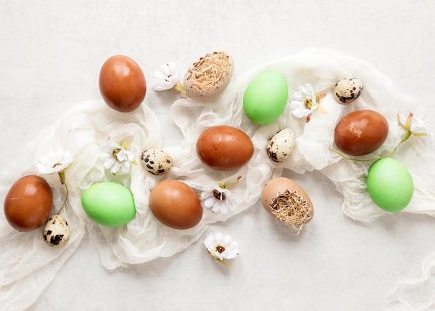 다채로운 부활절 달걀과 꽃