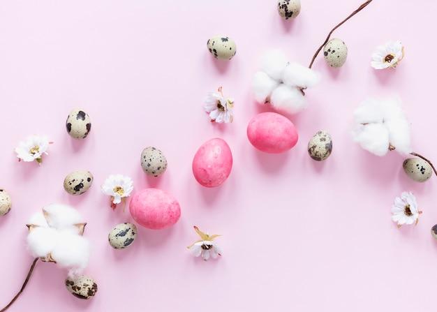 Uova di pasqua colorate e fiori