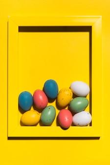 테이블에 큰 프레임에 다채로운 부활절 달걀