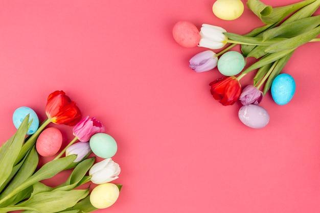테이블에 튤립과 다채로운 부활절 달걀