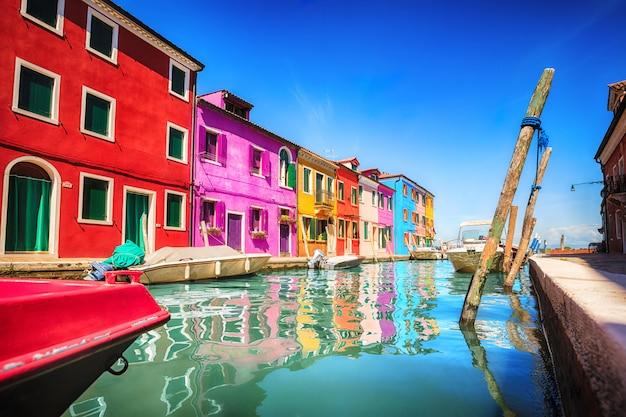 Красочный фасад на острове бурано, провинция венеция