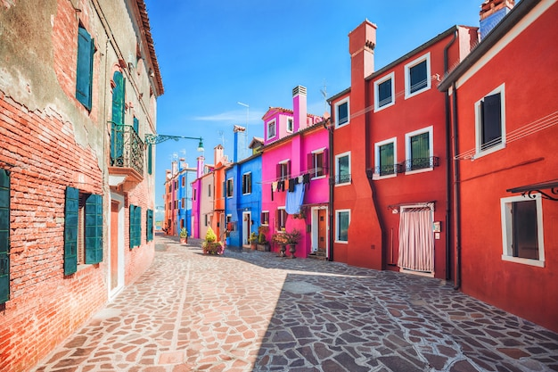 Красочный фасад на бурано, провинция венеции