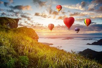 Красочные воздушные шары летая над горой на провинции Phucheefa, Chiangrai, к северу от Таиланда.