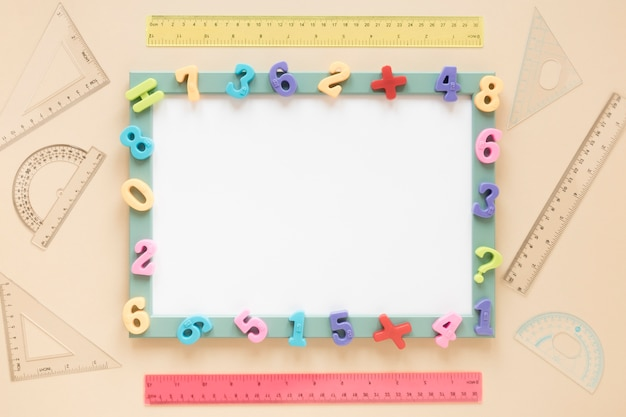Красочная рамка математических чисел белой карты вид сверху