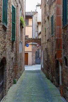 고대 이탈리아 마을의 다채로운 좁은 거리