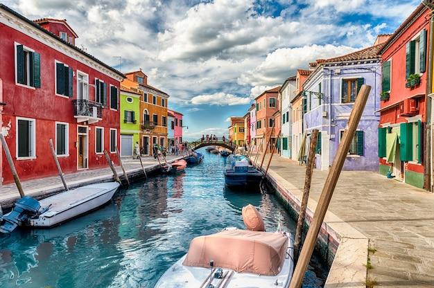 이탈리아 베니스(venice)의 부라노(burano) 섬에 있는 운하를 따라 다채로운 페인트로 칠해진 집들. 섬은 그림 같은 건축물로 인해 관광객들에게 인기있는 명소입니다.