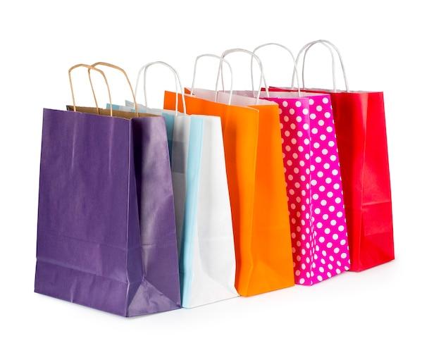 Красочные бумажные хозяйственные сумки, изолированные на белом фоне